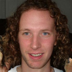 Cześć, to ja! Ja, czyli Maciej, prowadzę bloga na temat porostu włosów – co mam nadzieję